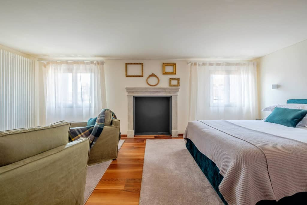 Large double bedroom with lounge chairs - Ca' Garzoni Moro - Lido Apartment