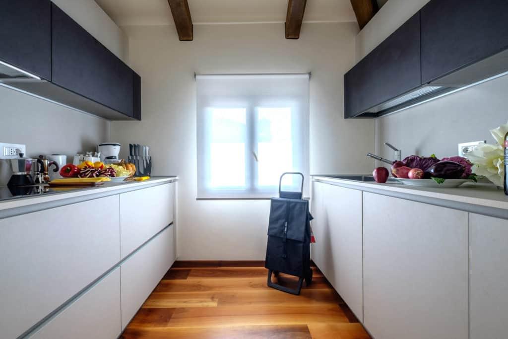 Large kitchen with modern furnishing - Ca' Garzoni Moro - Lido Apartment