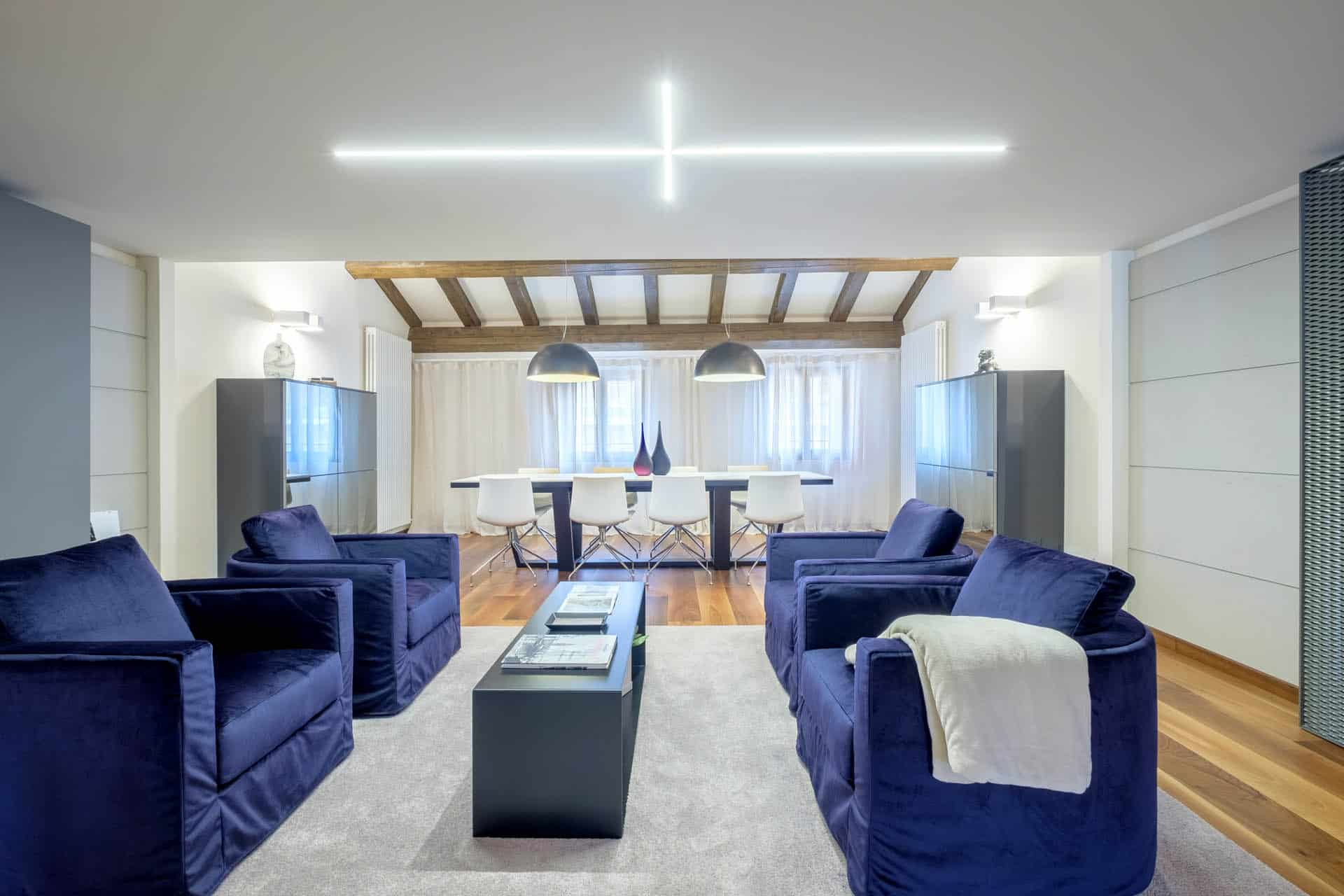 Large living area with lounge chairs and dining table - Ca' Garzoni Moro - Lido Apartment