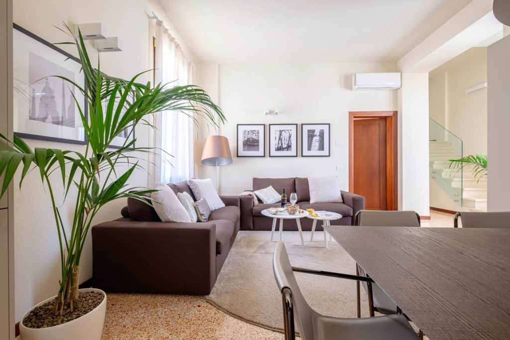 Luminous living room with two sofas - Ca' Garzoni Moro - Salina Apartment