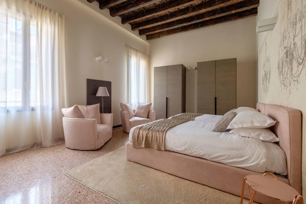 Left side of the big double bedroom with lounge chairs - Ca' Garzoni Moro - Salina Apartment