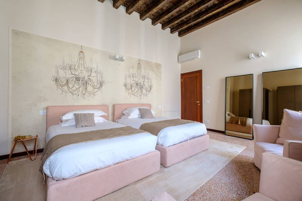 Right side of the pink double bedroom with lounge chairs - Ca' Garzoni Moro - Salina Apartment