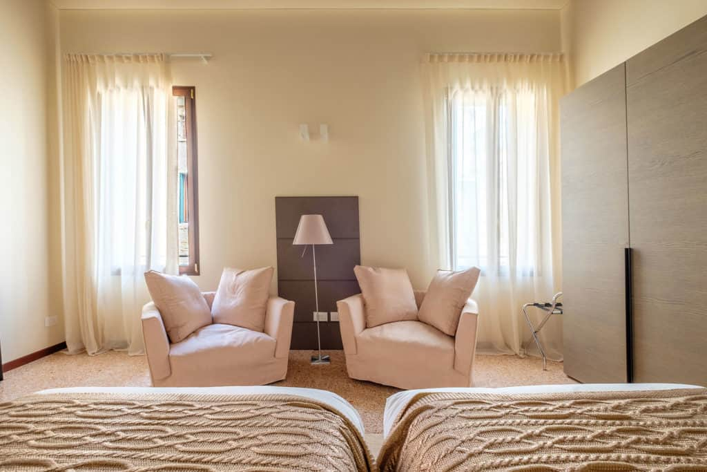 Lounge area in the luminous double bedroom - Ca' Garzoni Moro - Salina Apartment