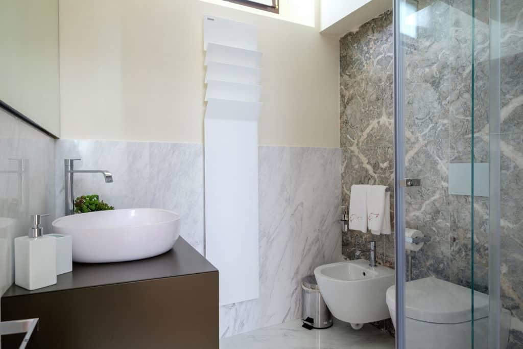 Small bathroom with modern furnishing - Ca' Garzoni Moro - Salina Apartment