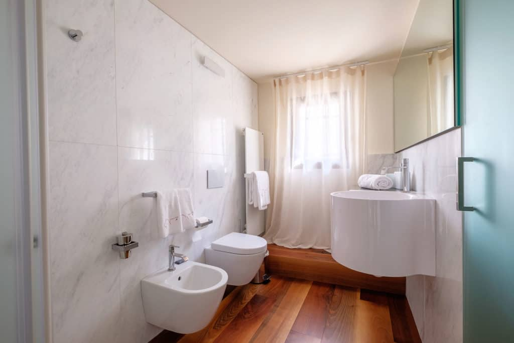 Small bathroom with shower - Ca' Garzoni Moro - Salina Apartment