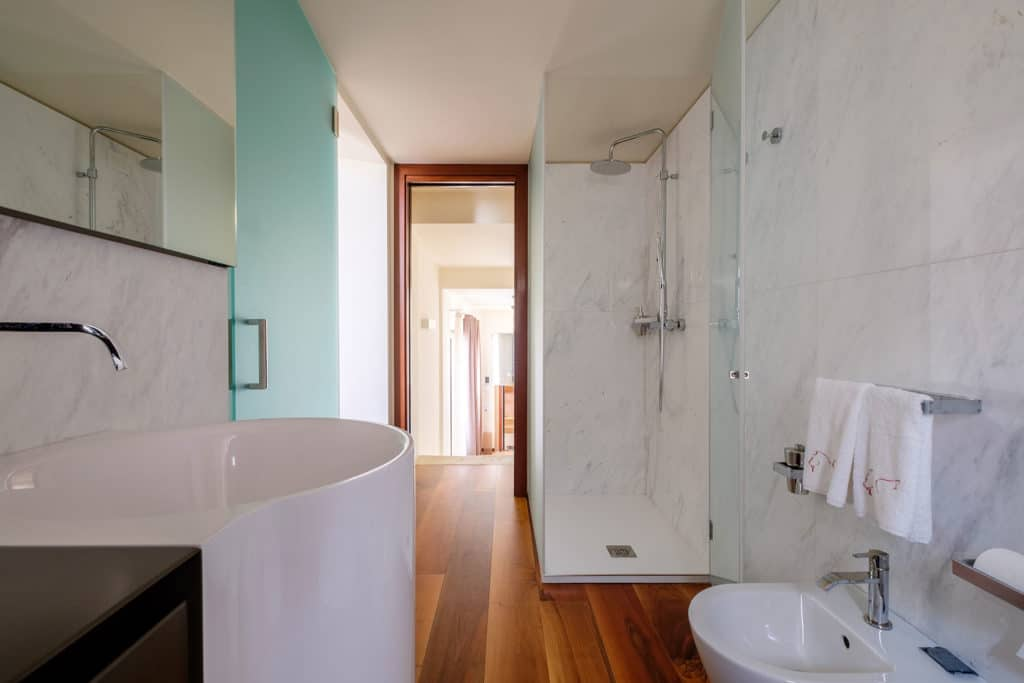 Exit door of small bathroom with shower - Ca' Garzoni Moro - Salina Apartment