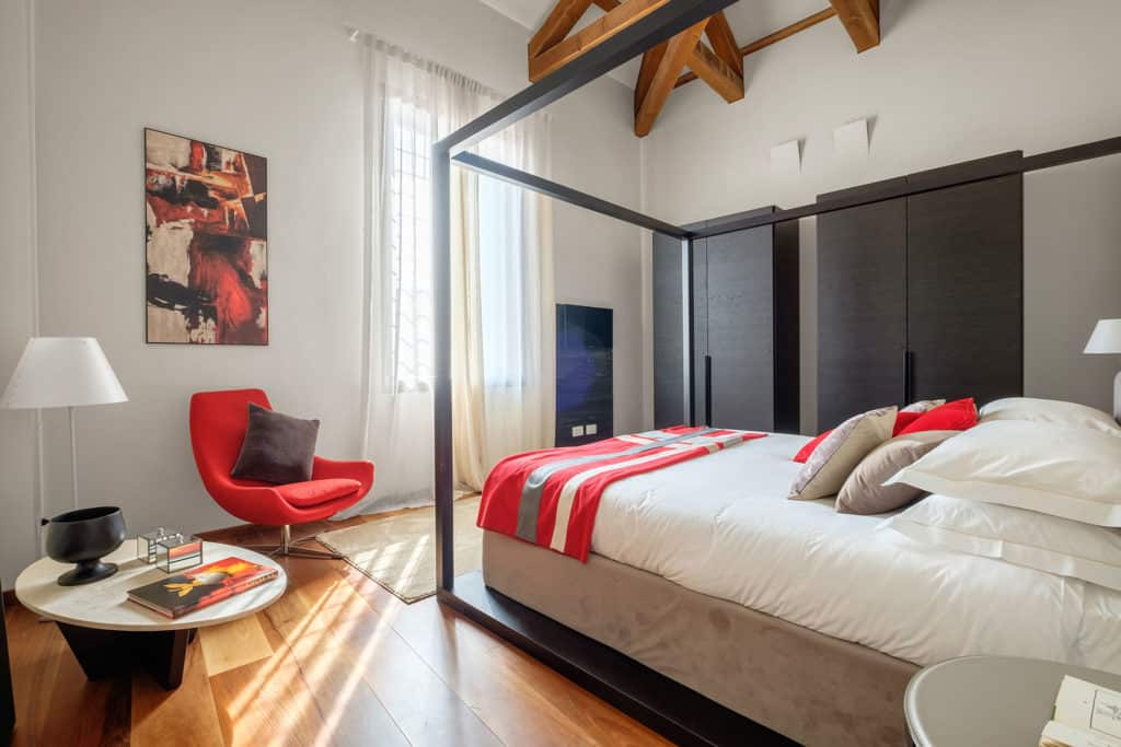 Luminous double bedroom with lounge chair and wardrobes - Ca' Garzoni Moro - Salina Apartment
