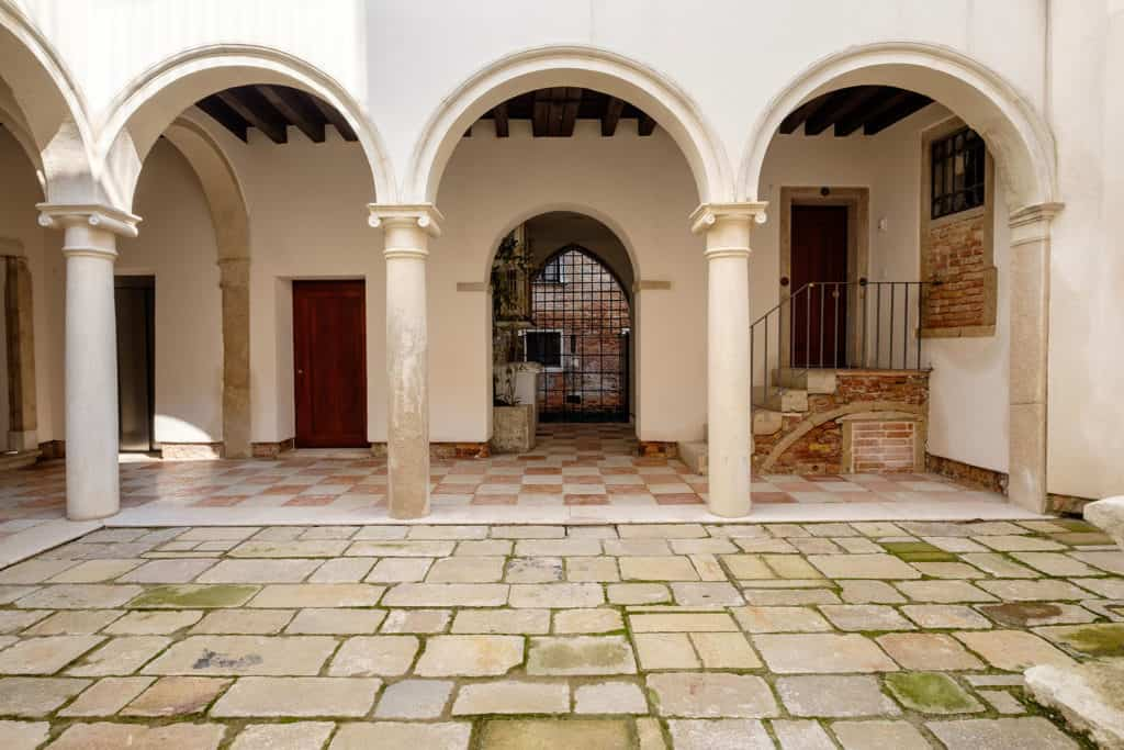 Outdoor court with arch and ancient columns - Ca' Garzoni Moro - Salina Apartment