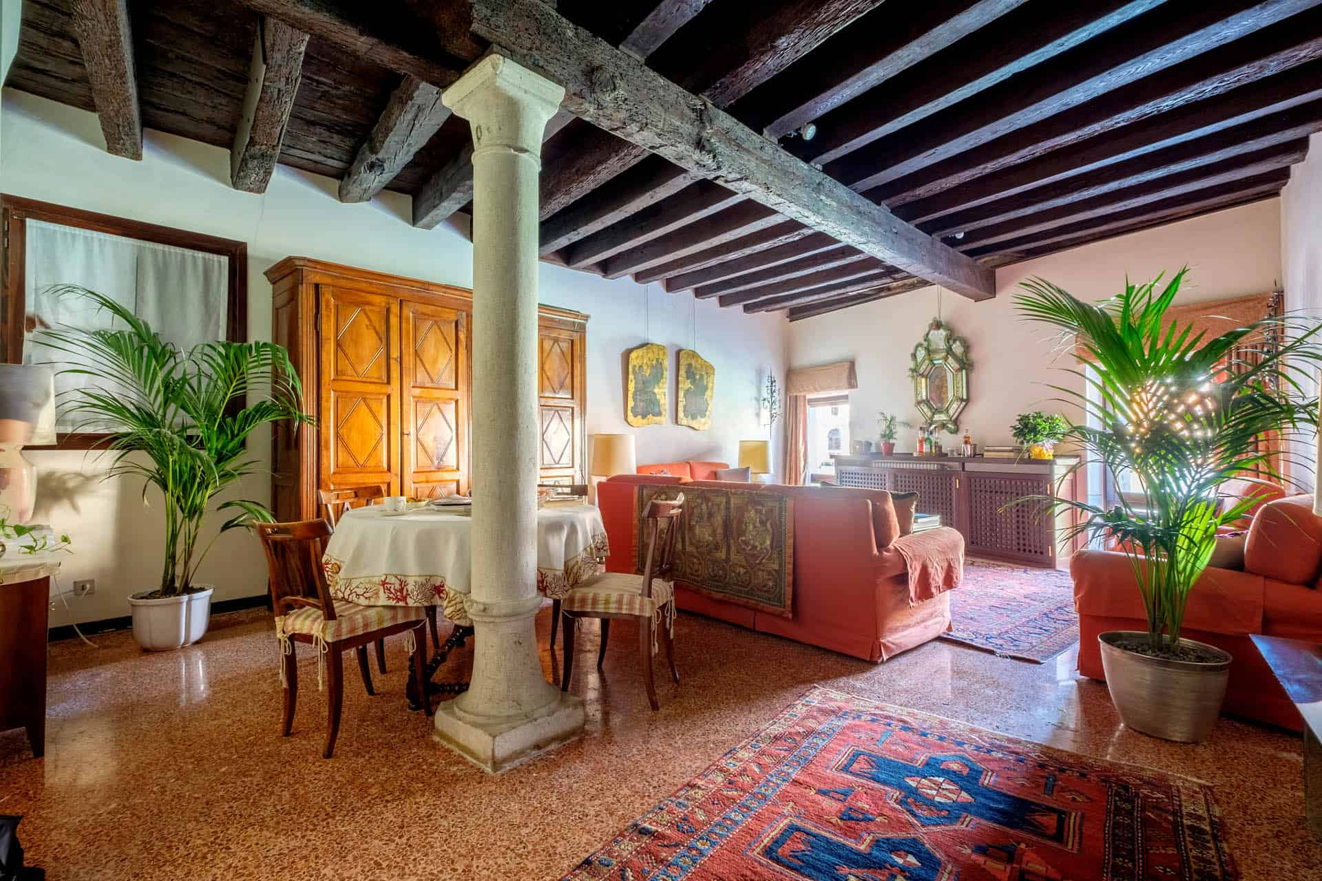 Large and luminous living room with vintage furnishing, colums and exposed beams - Ca' Mocenigo Apartment