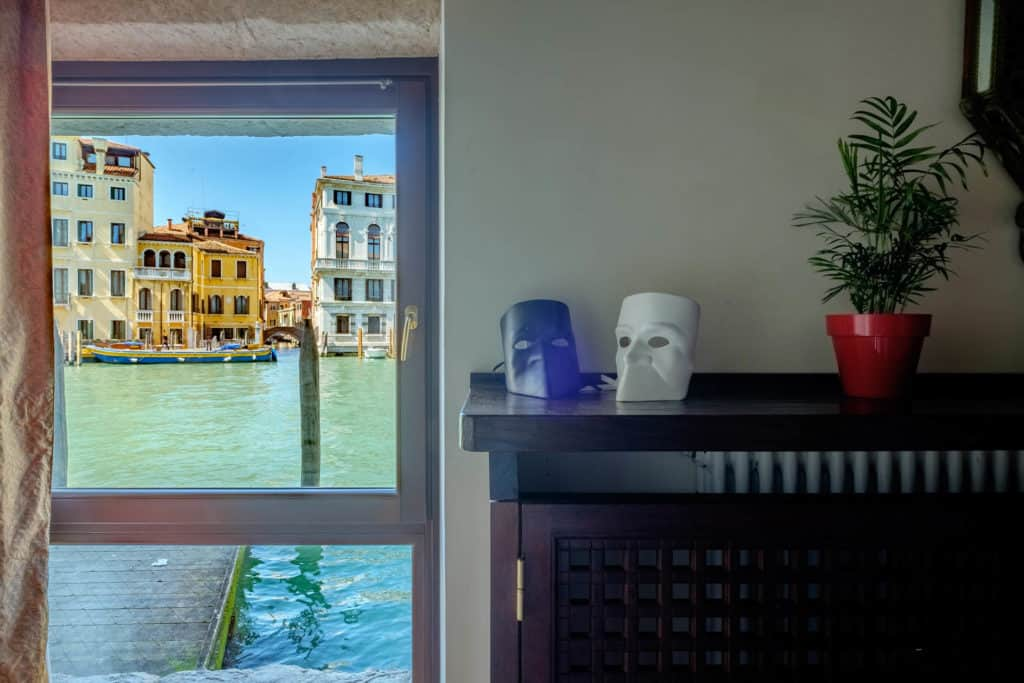 Small window with view on the canal and decorations - Ca' Mocenigo Apartment