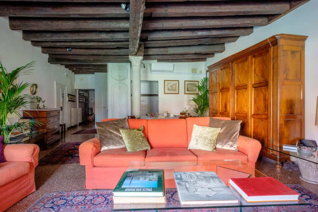 Luminous living room with vintage furnishing, colums and exposed beams - Ca' Mocenigo Apartment