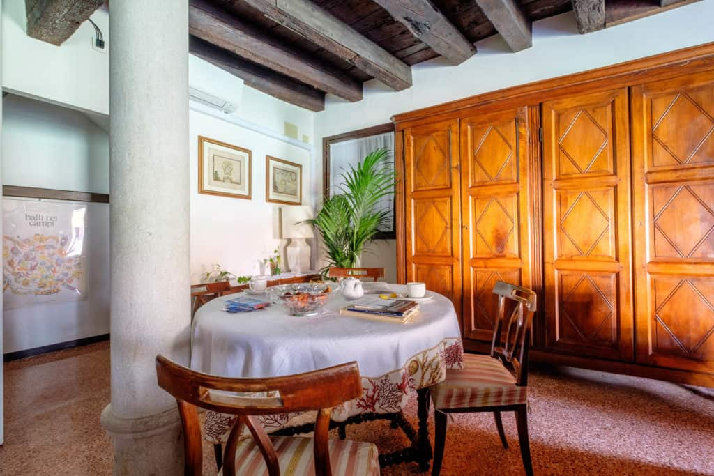 Luminous dining room with vintage furnishing and columns - Ca' Mocenigo Apartment