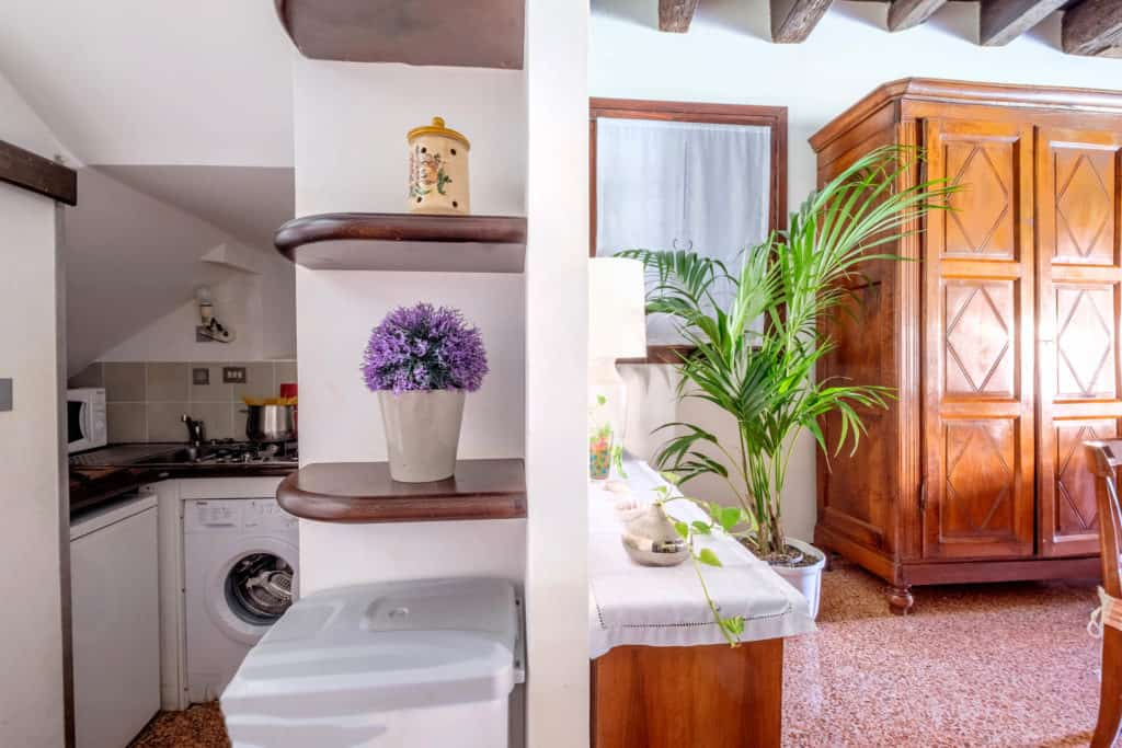 Small kitchen and view on the living room - Ca' Mocenigo Apartment