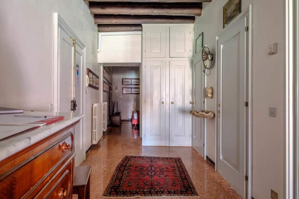 Large hallway with entrance door - Ca' Mocenigo Apartment