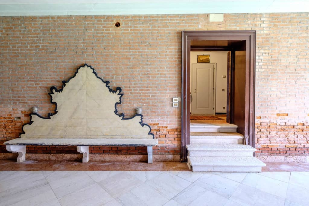 Main entrance door with antique bench - Ca' Mocenigo Apartment