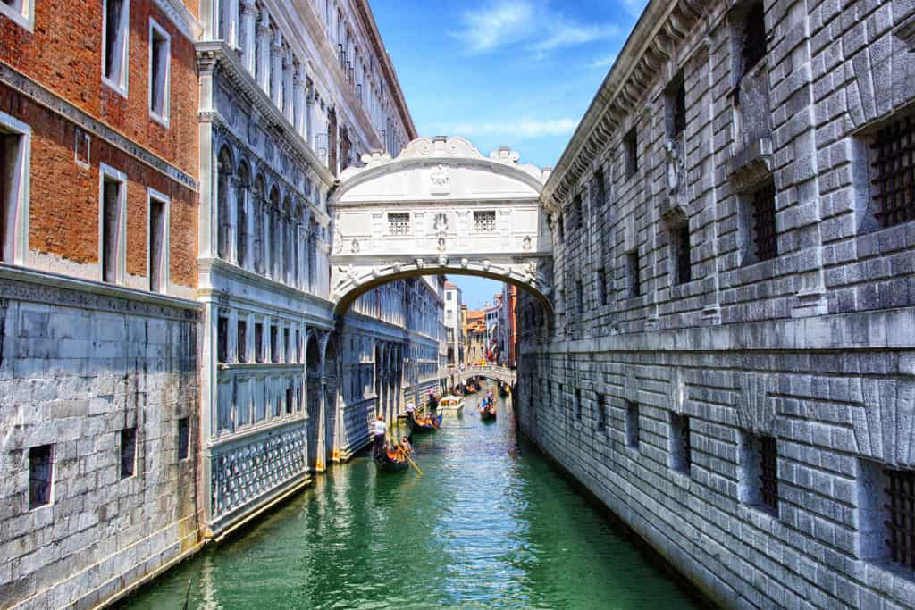 Bridge of Sighs, canal and gondolas between Palazzo Ducale and the Prigioni. Sestiere di Castello