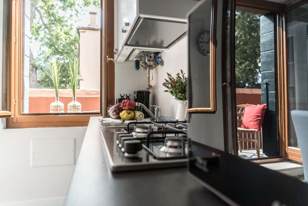 Details of the kitchen with view on the terrace - Venier Apartment