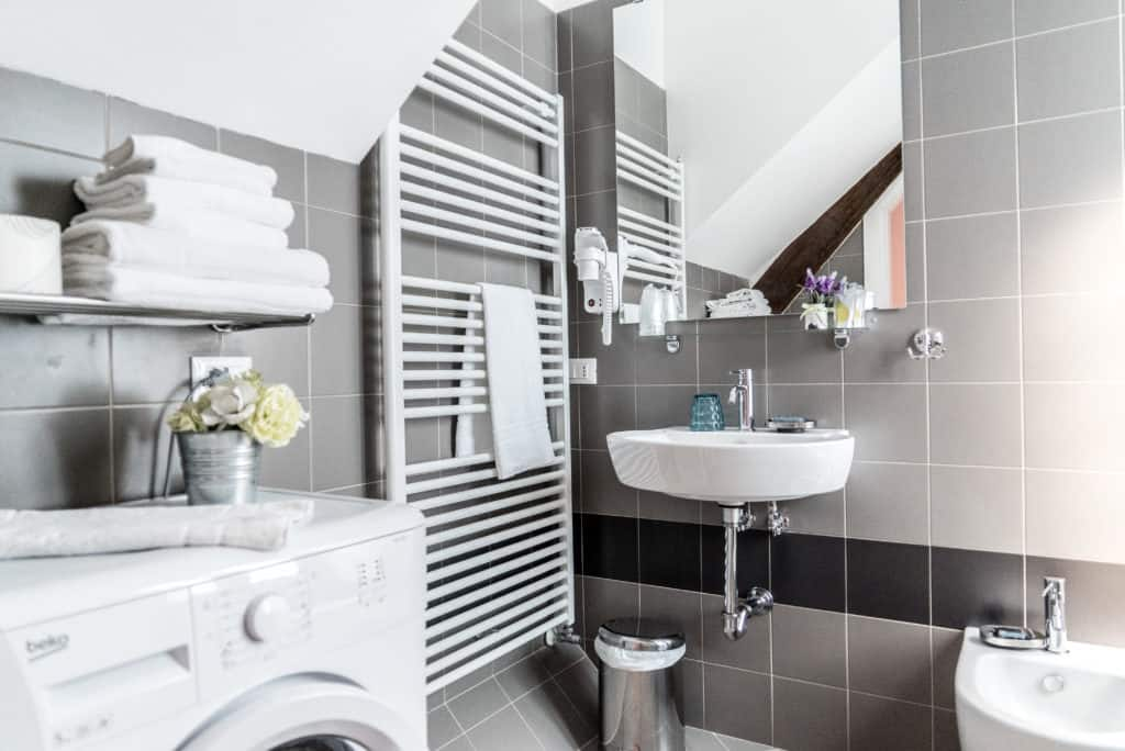 Small bathroom with washing machine and modern furnishing - Venier Apartment