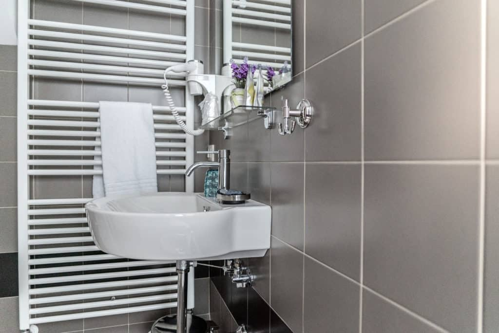 Detail of the small bathroom with modern furnishing - Venier Apartment