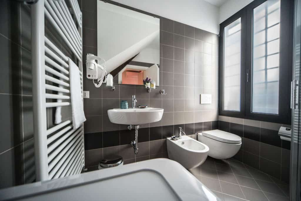 RIght side of the small bathroom with modern furnishing - Venier Apartment