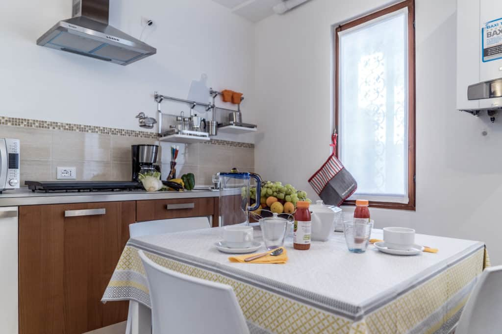 Right view of the small kitchen - Ca' Alba Apartment