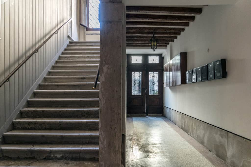 Main entrance with stairs - Ca' Alba Apartment
