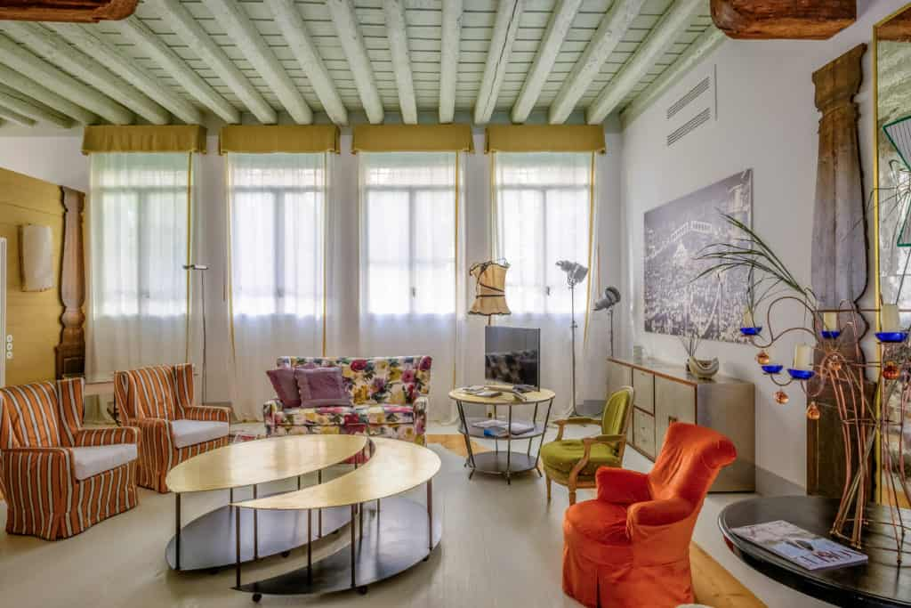 Right side of the large living room with designer furnishing - Ca' del Ramo d'Oro Apartment