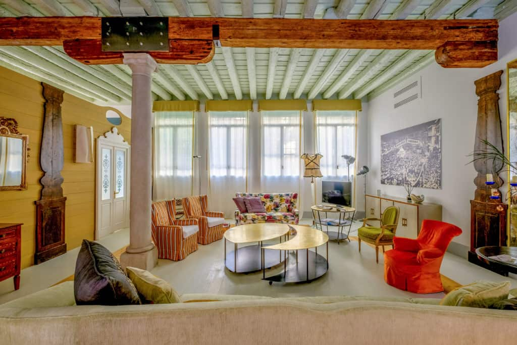 Large living room with ancient columns and Venetian furnishing - Ca' del Ramo d'Oro Apartment