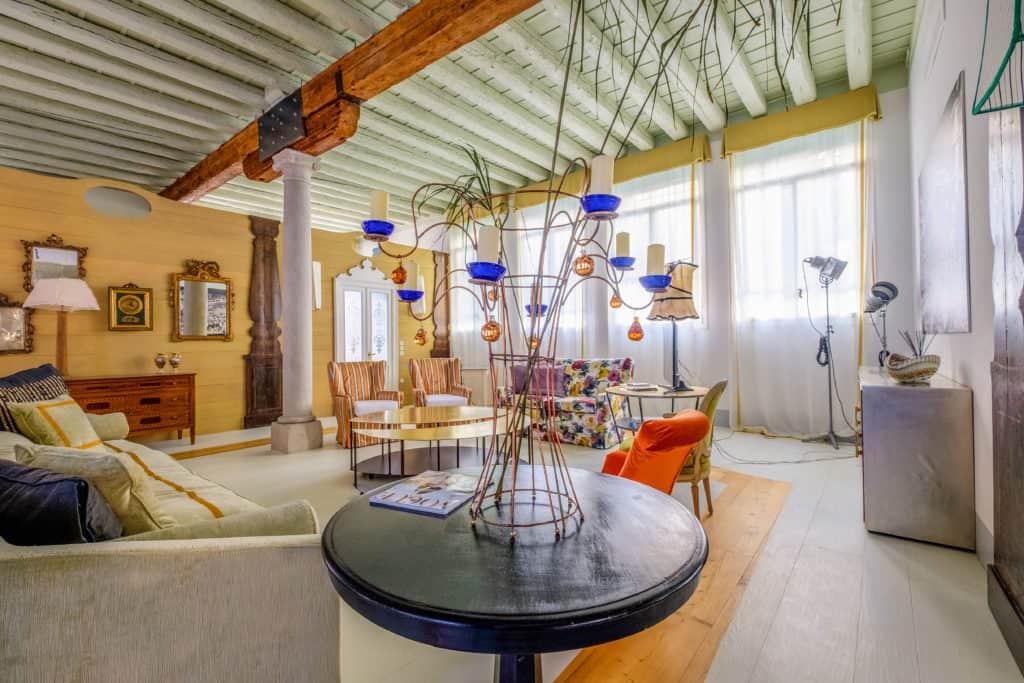 Designer coffee table with decorations - Ca' del Ramo d'Oro Apartment