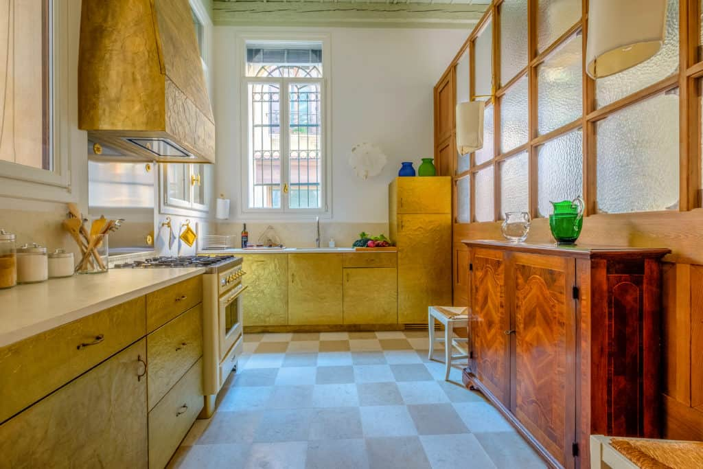 Large kitchen with golden cabinets - Ca' del Ramo d'Oro Apartment