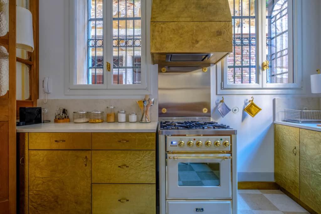 Kitchen oven and golden cabinets - Ca' del Ramo d'Oro Apartment