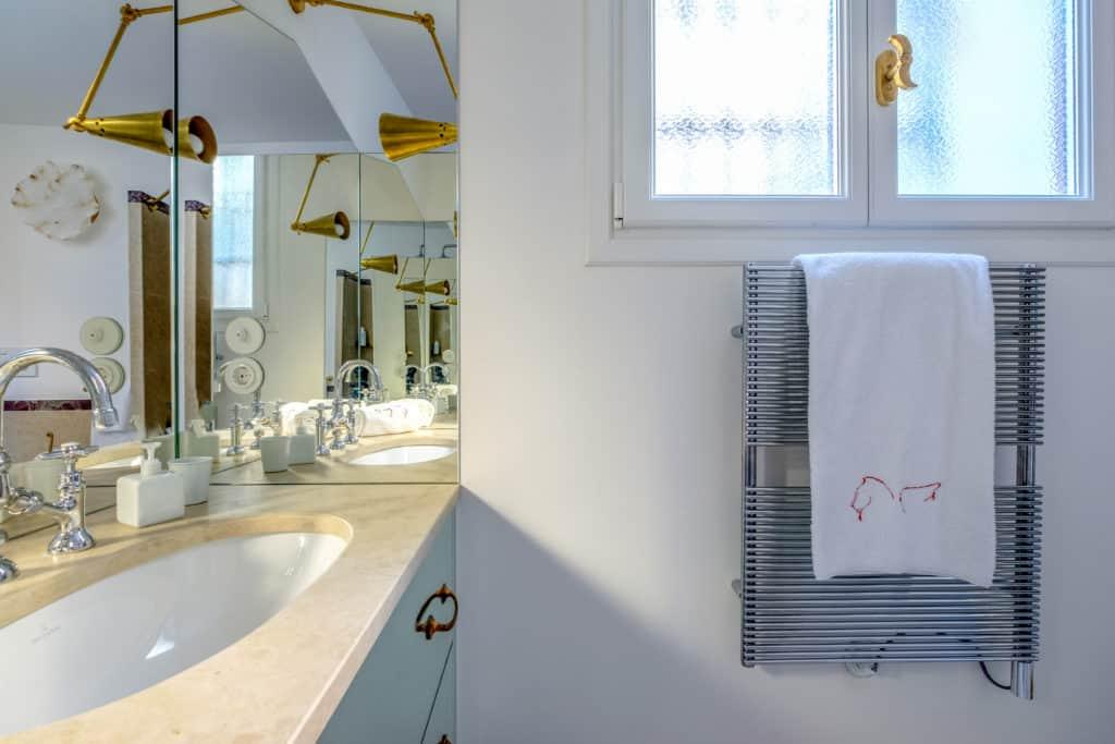 Details of the luminous bathroom with designer furnishing - Ca' del Ramo d'Oro Apartment