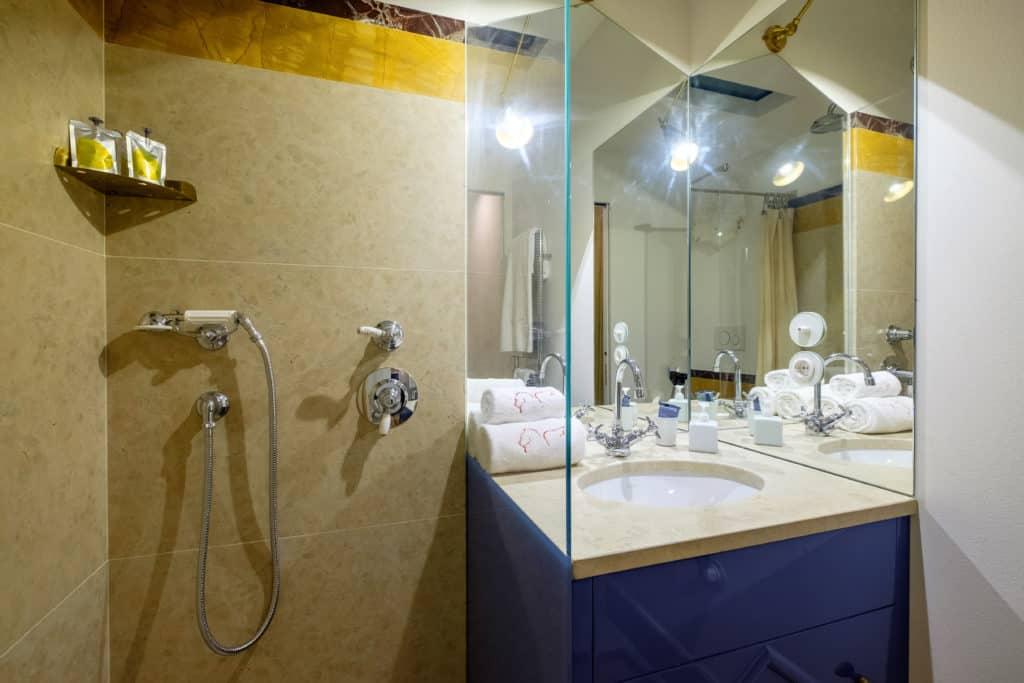 Small bathroom with shower - Ca' del Ramo d'Oro Apartment