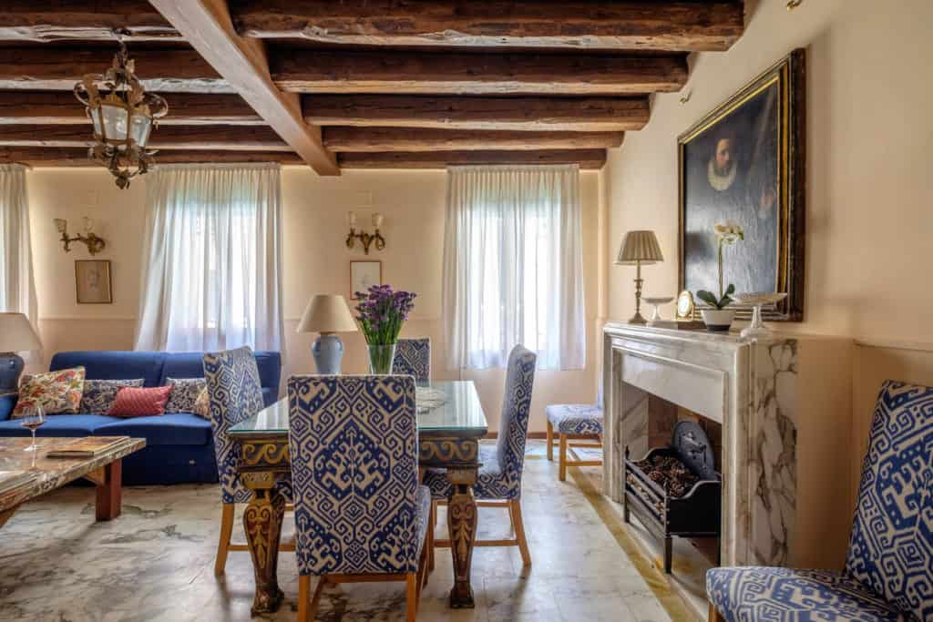 Luminous living room with large dining table and antique Venetian furnishing - Casa dell'Albero Apartment