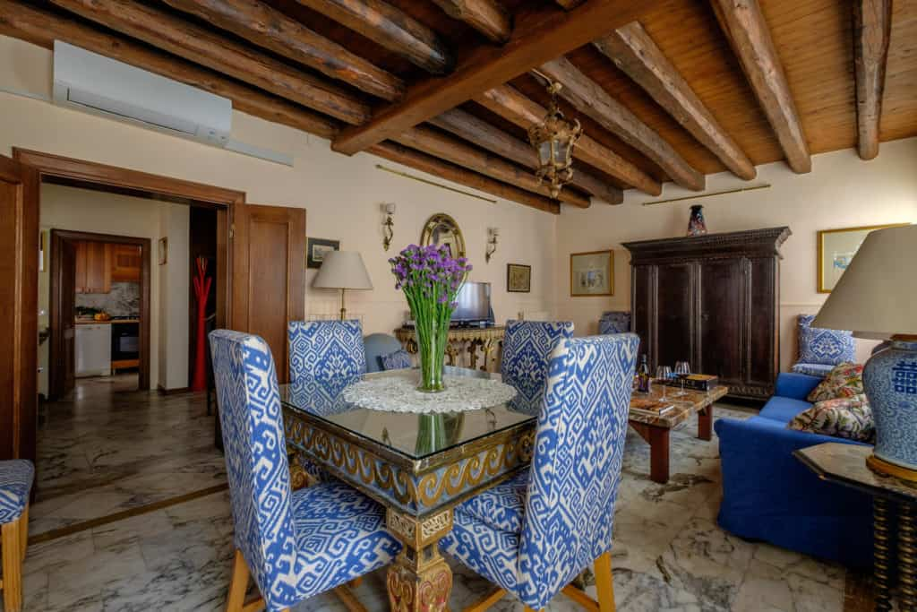 Dining room with antique dining table - Casa dell'Albero Apartment