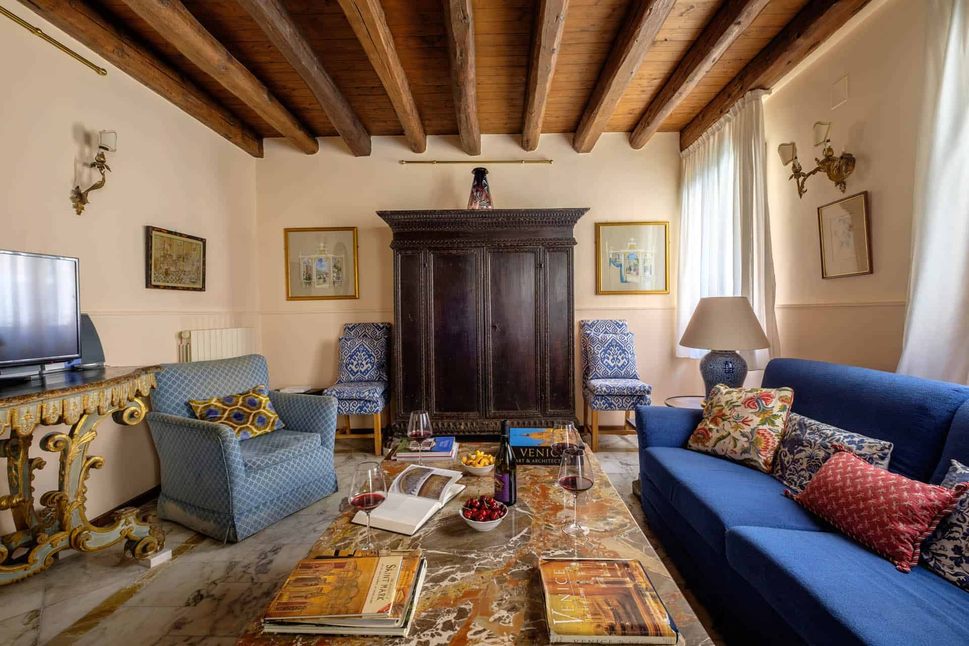 Large living room with antique Venetian furnishing and exposed beams - Casa dell'Albero Apartment