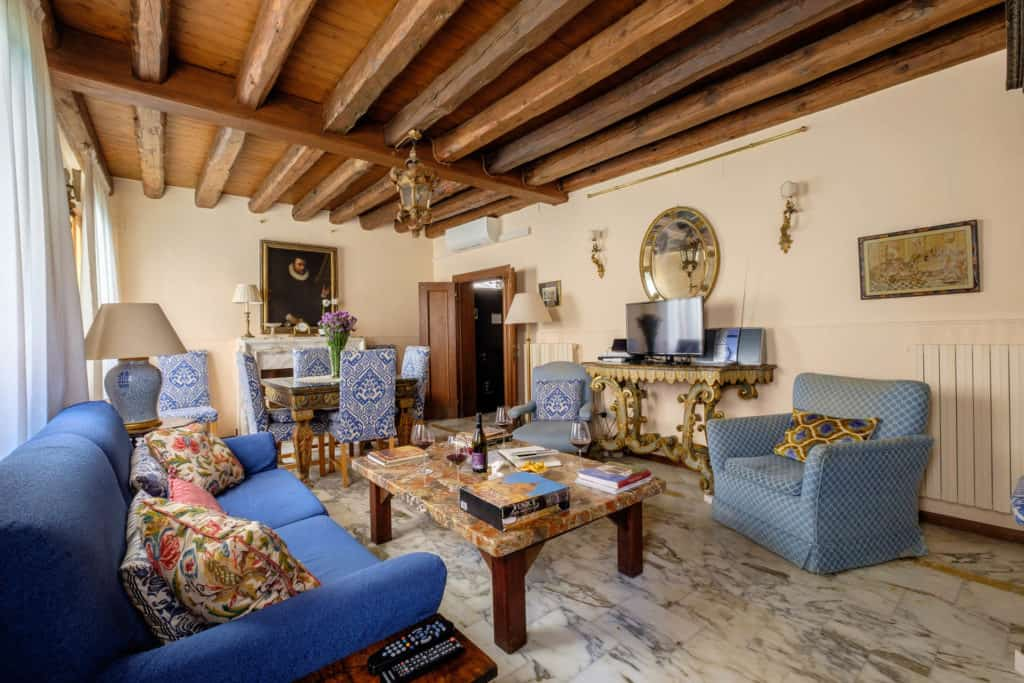Entrance of the luminous living room with antique Venetian furnishing - Casa dell'Albero Apartment