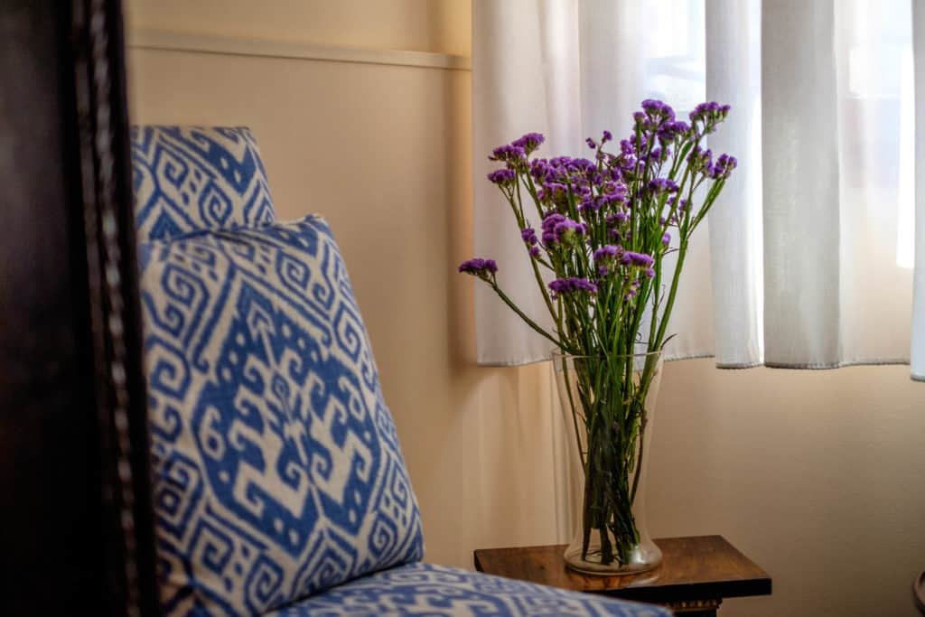 Purple flowers on a vase - Casa dell'Albero Apartment