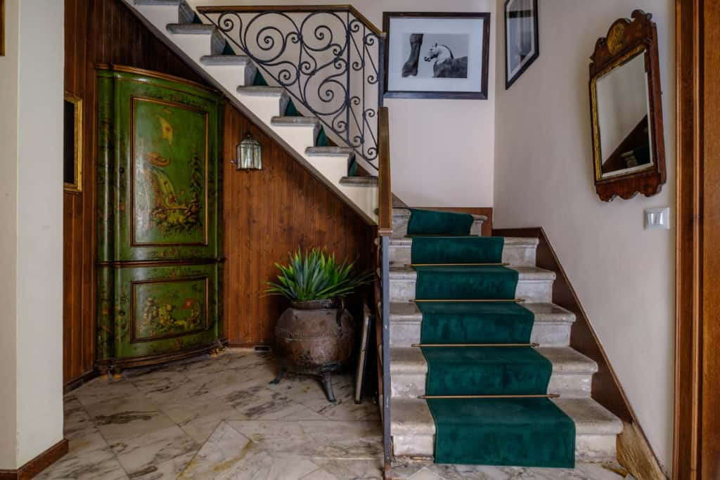 Hallway with antique staircase, vintage furnishing and marbled floor - Casa dell'Albero Apartment