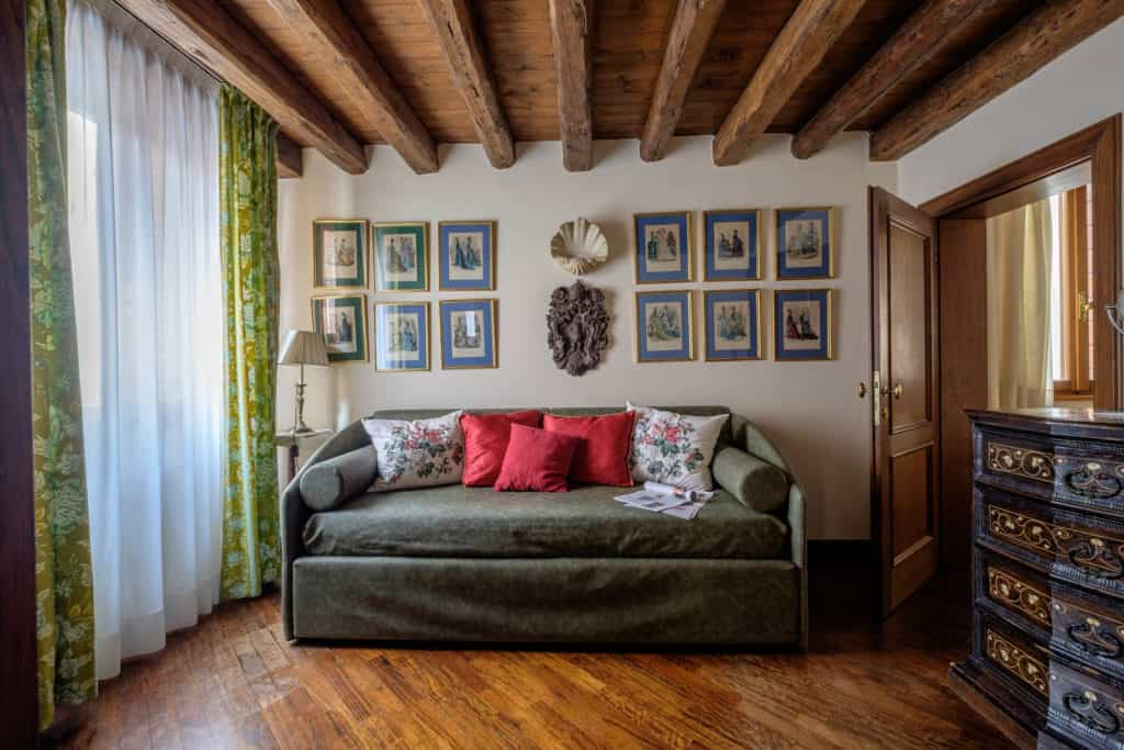 Small living room with antique Venetian furnishing - Casa dell'Albero Apartment