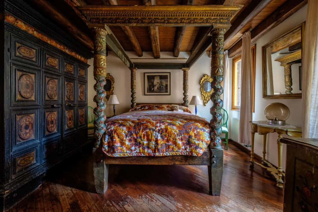 Master bedroom with antique Venetian canopy bed and furnishing - Casa dell'Albero Apartment