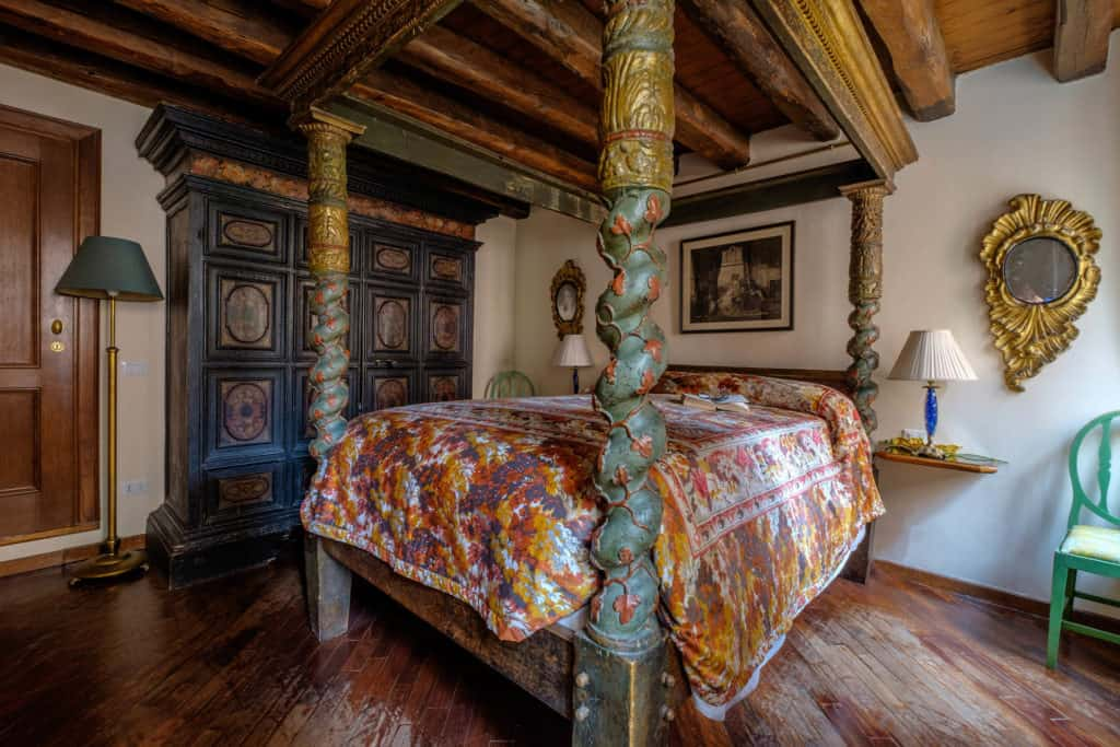 Left view of the master bedroom with antique Venetian canopy bed and furnishing - Casa dell'Albero Apartment