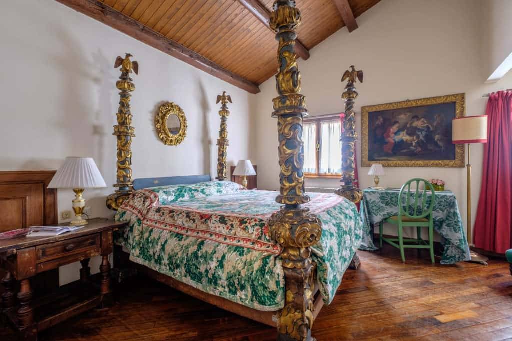 Right view of the luminous bedroom with antique Venetian double bed - Casa dell'Albero Apartment
