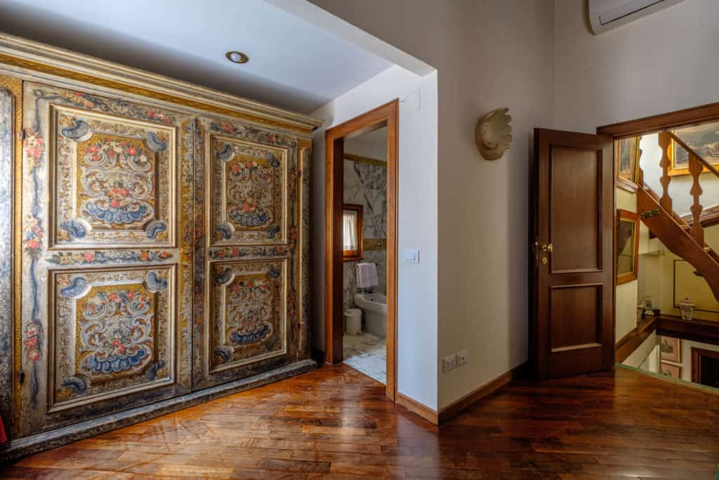 Entrance of the bedroom with large vintage wardrobe - Casa dell'Albero Apartment