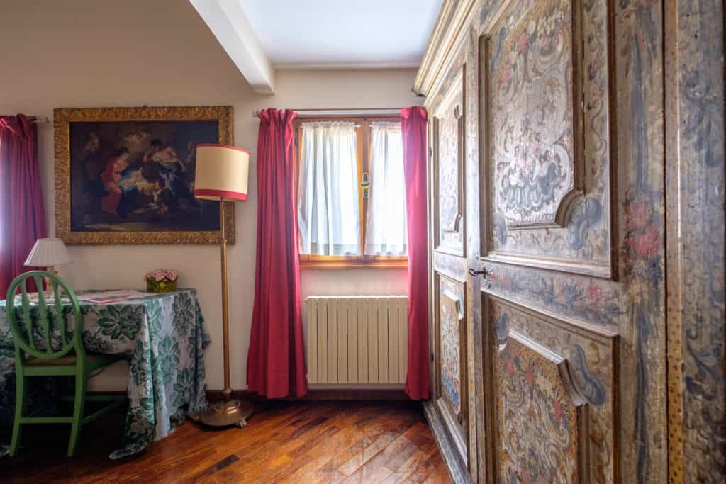 Bedroom with antique Venetian wardrobe - Casa dell'Albero Apartment