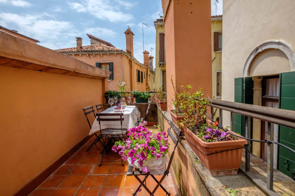 Small terrace with dining table and view on the Venetian roofs - Casa dell'Albero Apartment