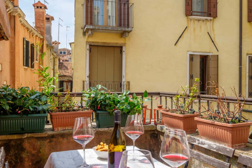 Dining table with view on the Venetian roofs - Casa dell'Albero Apartment