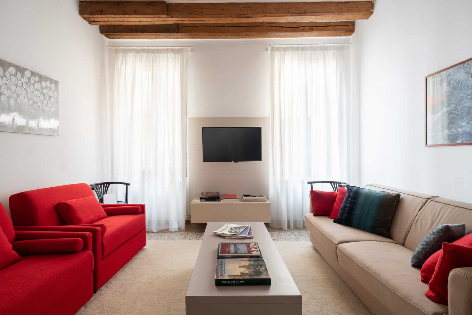 Large living room with modern furnishing - Casa Graziosa Apartment