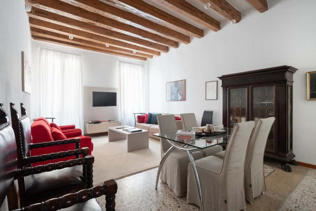 Large living room with small dining table - Casa Graziosa Apartment