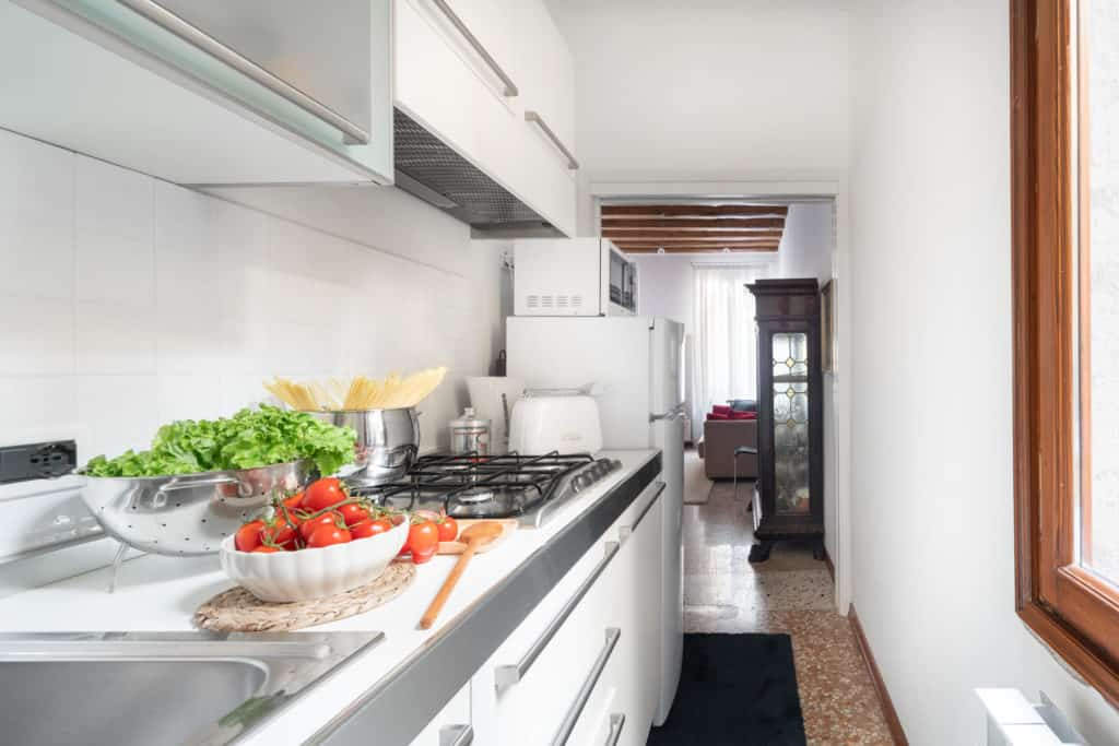 Right side of the small kitchen with modern furnishing - Casa Graziosa Apartment